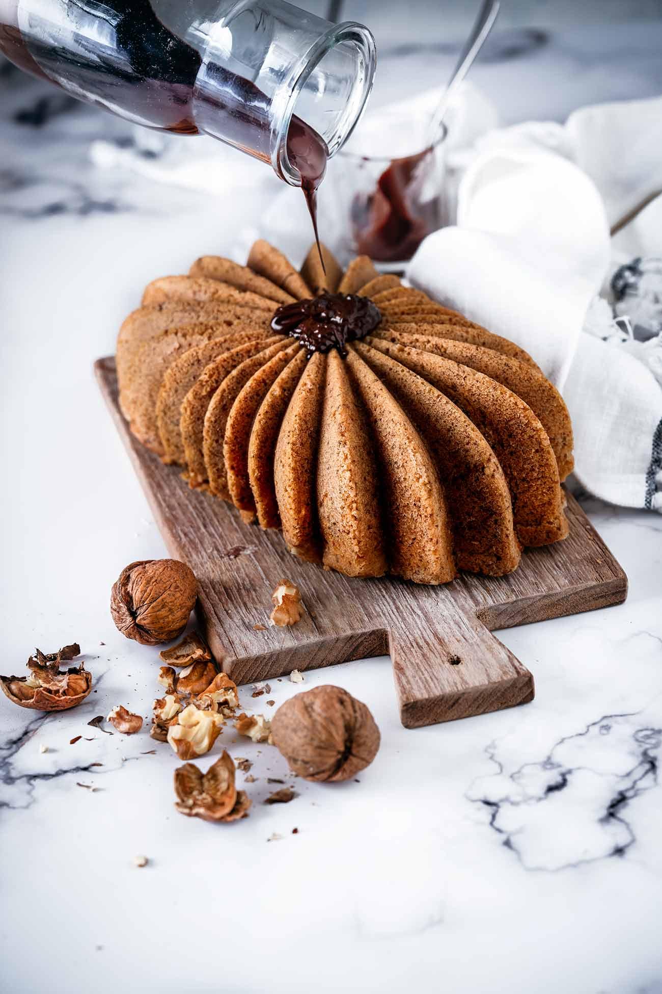 Habe ich schon erwähnt, dass ich Kuchen liebe? Ich finde es immer wieder aufs Neue spannend, dass man eigentlich nur ein paar Dinge verrührt, in den Backofen schiebt und dann später etwas herausholt, was in seiner Form und Konsistenz etwas vollkommen anderes ist. Ich habe dem Rezept meines besten und saftigsten Kastenkuchens noch ein paar Zutaten verpasst…