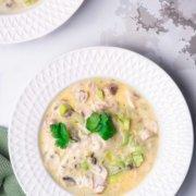 Wie kann man am besten den Winter genießen? Richtig! Mit einer leckeren Suppe. Ich gebe an dieser Stelle aber auch zu, dass ich nicht der ganz große Suppen-Fan bin und nur sehr selten Suppe koche. Ich mag Suppen auch nicht unbedingt gerne, wenn sie fast tot püriert sind. Aber ich mag Suppen wie diese: Mit Knoblauch, Sahne, Petersilie und frischen Champignons. Da wird nichts püriert und auch nicht lange gekocht. Frisch schmeckt sie einfach. Lecker.