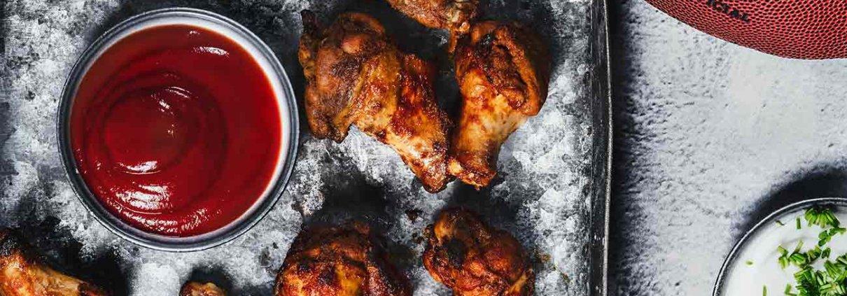 Wer Super Bowl Fan ist braucht auch amerikanisches Fast-Food. Und davon ganz viel. Da sind die lecker marinierten Chicken Wings mit einem kräftigen Schuss Jacobs Kaffee Crema Gold schon von Anfang auf dem Siegertreppchen. Und in der Halbzeitpause gibt es noch viele andere Leckereien.
