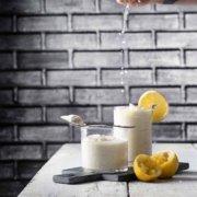 Mit nur 5 Zutaten zu einem fluffigen Zitronen-Mousse. Schmeck nach Sonne im Glas. Auch wenn wir die letzten Tage durch die Sonnenstrahlen erinnert worden sind, wie es ist, wenn sich so langsam der Frühling anschleicht, wird es am kommenden Wochenende noch einmal kalt. Das wäre dann genau der richtige Zeitpunkt die Mousse zu essen. Dann kommt sie Sonne sicherlich auch schnell wieder. Think positive.