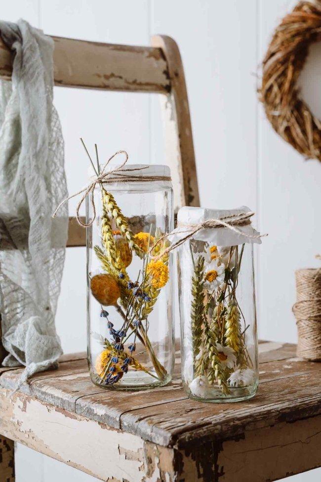 Zeit für eine neue Tischdekoration. Ich habe mir schon einmal die Sommerwiese ins Glas gepackt. Und ich finde, dass dies nicht nur toll auf dem Tisch aussieht, sondern auch ein schönes Geschenk für Freunde ist. Einfach mal vor die Tür stellen. Ich habe meine Liebe zu Trockenblumen im letzten Jahr entdeckt. Auch wenn die Blumen ihre Leuchtkraft verlieren, werden sie durch das Trocknen zu neuen Schönheiten erweckt. Und ich freue mich jetzt schon auf den Sommer, wenn ich die tollen Blumen auf den Feldern, über die kurze Saison hinaus, für einen langen Zeitraum haltbar machen kann.