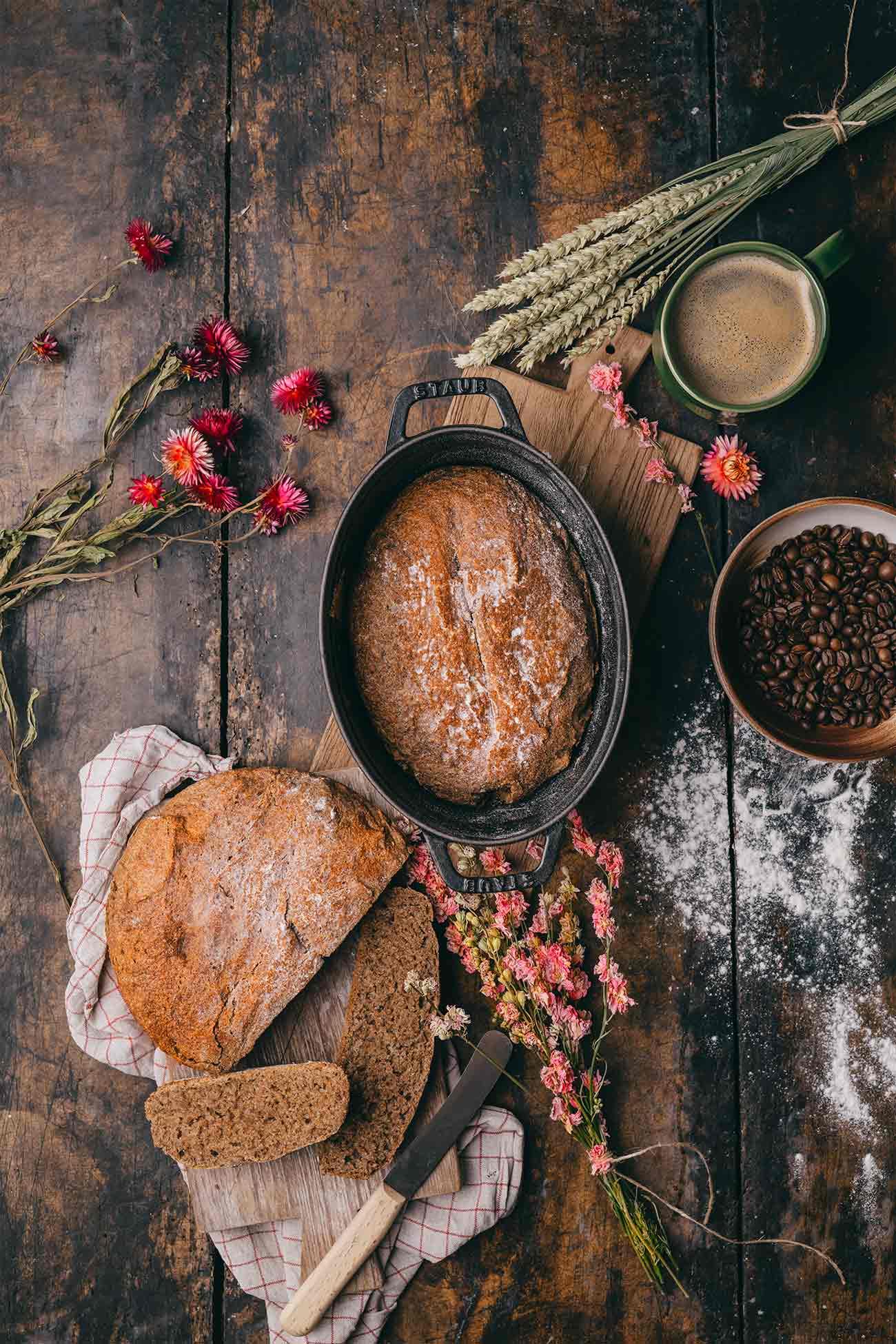 """Ein frisch gebackenes Brot riecht nicht nur unglaublich lecker, sondern schmeckt auch fantastisch. Auch wenn es kein Hexenwerk ist und unglaublich schnell """"zusammengerührt"""" ist, mache ich es einfach zu selten. Vielleicht ändert sich das jetzt, denn ich hab für meinen Partner Jacobs ein Kaffeebrot gebacken und als Zutat frisch gebrühten Jacobs Krönung Crema verwendet. Das gibt dem Brot eine tolle Würze. Und ich bin mir sicher, dass ihr es lieben werdet."""