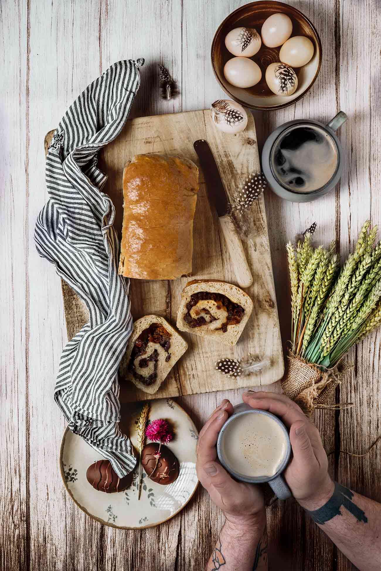 Zum Wochenende darf das Frühstück ruhig etwas ausgedehnter sein, oder? Während ich mich gleich aufmache um für das Wochenende Kuchen und andere Leckereien (die ihr hoffentlich dann nächste Woche hier sehen werdet) zu backen und zu kochen, lasse ich euch das Rezept für dieses unglaublich leckere Brot da. Schmeckt übrigens auch als Kuchenersatz nach dem Mittagessen perfekt. Hab ich gehört…habt einen tollen Samstag.