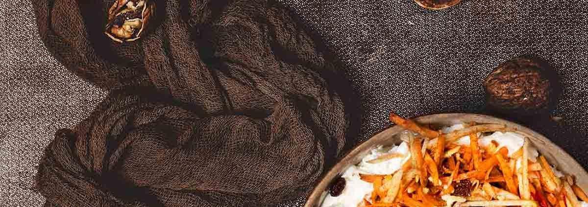 """Ich bin großer Karottenkuchen-Fan und mag ihn am liebsten, wenn er ganz saftig ist und mit einem Frischkäse-Frosting überzogen wird. Habt ihr aber schon einmal einen Kuchen-Bowl probiert? Hier wird nicht gebacken, sondern die besten Zutaten einfach vermengt. Und ich muss ehrlich sagen: So eine Schüssel Karottenkuchen ist der absolute Knaller. Und schnell gemacht. Und so lecker. Und zum Frühstück auch genial. Und """"to go"""" auch….pssst….ganz ruhig Rosenthal….."""
