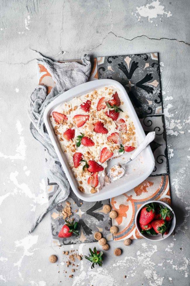 Auch wenn wir noch nicht in der Erdbeer-Saison stecken, möchte ich diese schon einmal anteasern. Diese Auflaufform voller Kuchenglück schmeckt einfach fantastisch. Wie ein sahniger Erdbeer-Vanille Milchshake. Und das alles, ohne den Backofen anzuwerfen. Anstelle der Erdbeeren kannst du natürlich auch andere Beeren nehmen.