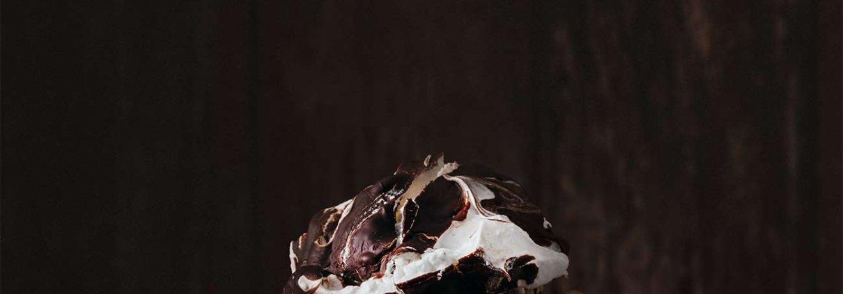 Gestern gebacken und heute schon verschwunden. Das geht manchmal echt schnell, aber die Meringues waren einfach perfekt. Außen schön knusprig, innen leicht zäh und klebrig und mit einem leichten Vanillegeschmack. Dazu Schokolade. Da hättet ihr auch nicht anders gekonnt, oder? Mein Tipp: Dazu etwas Sahne, Schokosoße und frische Himbeeren. Ein Traum.