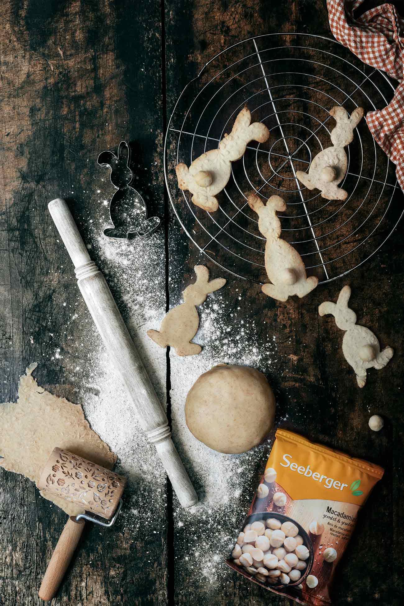 Wusstet ihr das Seeberger Cashewkerne eine richtig tolle Protein-Quelle und reich an ungesättigten Fettsäuren, Quelle von Magnesium, Quelle von Phosphor sind?  Die knackigen Cashewkerne von Seeberger sind naturbelassen und weder geröstet noch gesalzen. Nur ganz viel tropische heiße Sonne haben sie abbekommen.  Unbedingt probieren und mal ganz lange auf Cashewkernen rumkauen, der Eigengeschmack der Seeberger Cashewkernen ist unglaublich. Sie schmecken nicht nur so als gesunder Snack zwischendurch, sondern eigenen sich auch tolles Topping auf Salaten oder als knackige Überraschung in Kuchen und Gebäck. Tja, bei Nüssen mache ich keine Kompromisse. Bei den Seeberger Produkten, weiß ich immer, dass die Qualität perfekt ist. Eine Tüte voller Genuss. Jedes Mal.