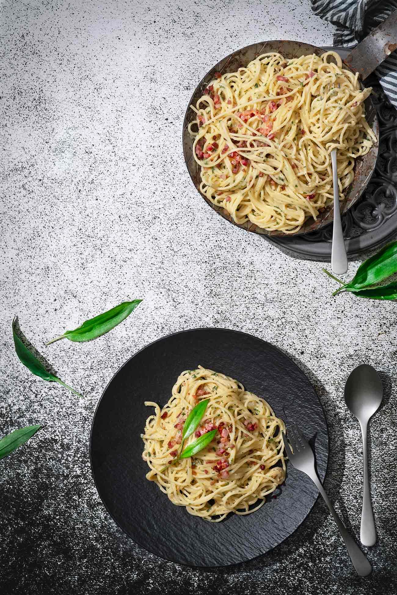 Schnell etwas Bärlauch gepflückt, Spaghetti gekocht und wenige Minuten später steht schon ein großer Teller Spaghetti Carbonara vor dir. So einfach kann kochen sein. Was stellt ihr mit dem ganzen Bärlauch an?