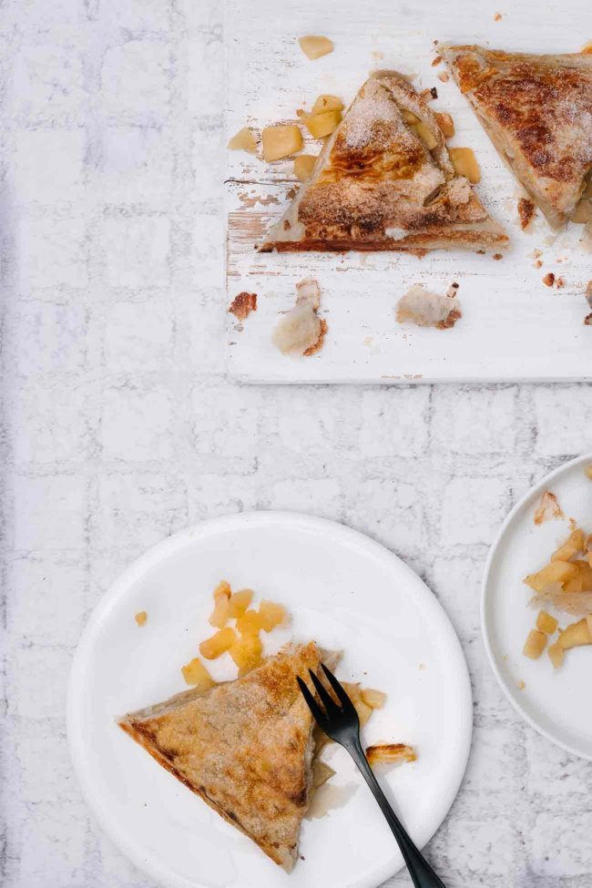 Gibt es eine einfachere Möglichkeit, einen Apfelkuchen herzustellen? Ich kenne keine. Ich liebe die knackige Zuckerkruste, aus der die karamellisierten Apfelstückchen herausquellen, wenn man sie mit der Gabel durchtrennt. Mit nur wenigen Zutaten zum Apfelkuchen.