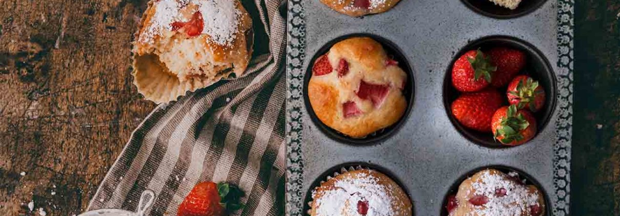 Mandel-Erdbeer Muffins Almond and Strawberry Muffins Mandel-Erdbeer-Muffins! Süß, buttrig, extra weich, mit frischen Erdbeeren beladen und gesüßt mit Honig. Sie sind super einfach zu machen! Versuche sie, noch leicht warm zu essen oder direkt aus dem Ofen. Ich verspreche dir, du wirst nicht enttäuscht sein. 2 Eier 70 g Honig 1 Prise Salz 100 g Marzipanrohmasse, geraspelt 200 ml Mandel-Drink 1 Bio-Zitrone 250 g Mehl 2 TL Backpulver 200 g Erdbeeren, gewürfelt Puderzucker Backofen auf 180 Grad Ober-Unterhitze vorheizen und ein Muffin-Backblech mit Papierförmchen auslegen Eier, Honig und Salz schaumig rühren Marzipan und Mandel-Drink unterrühren Schale der Zitrone abreiben und mit 1 TL Zitronensaft unterrühren Mehl und Backpulver vermengen und unterrühren Edbeerwürfel unterheben Teig in die Förmchen füllen und 20-25 Minuten backen Vor dem Servieren mit Puderzucker bestäuben TIPP: Erdbeerwürfel einen Tag vorher in etwas Sekt einlegen