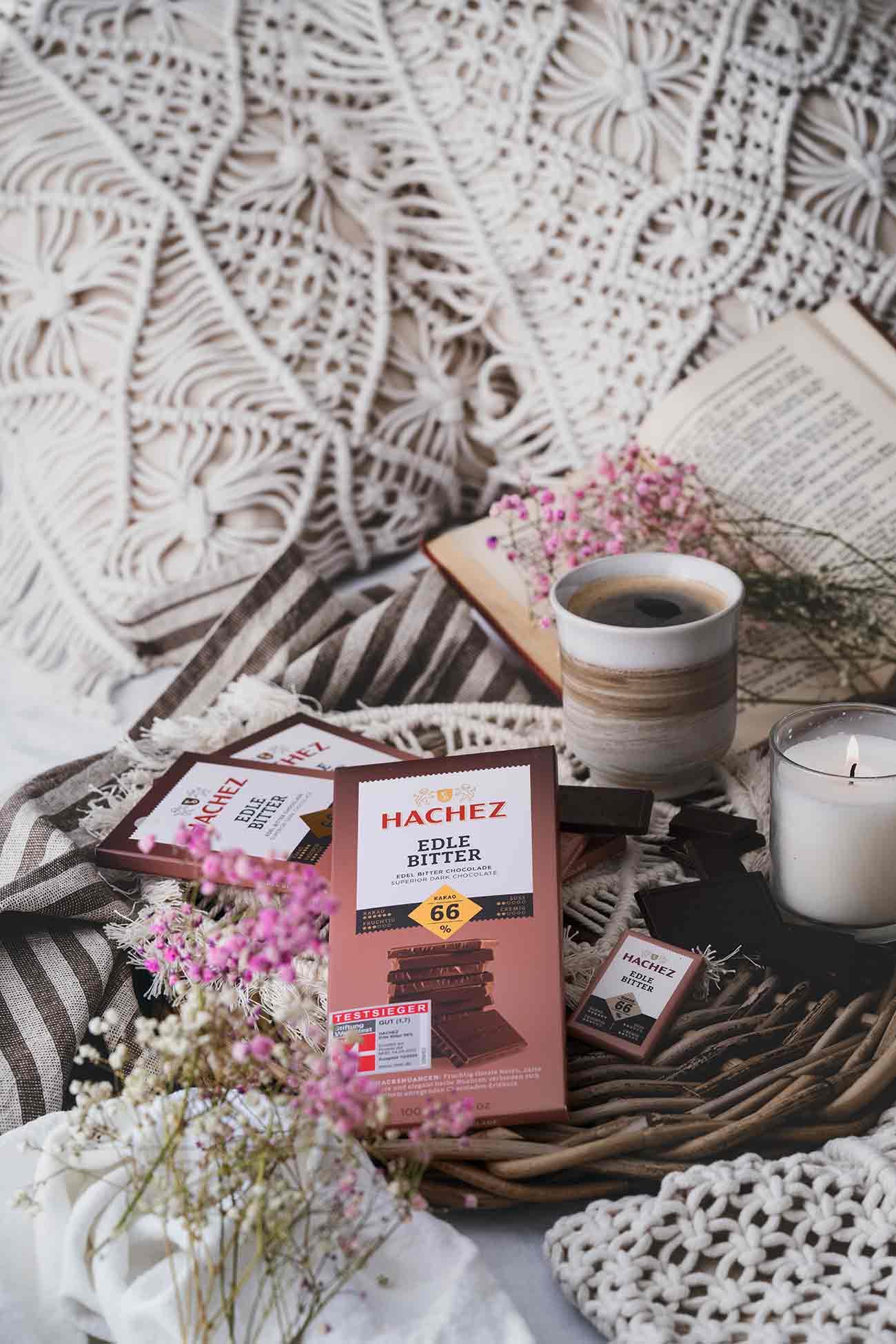 Die HACHEZ Edle Bitter mit 66 % Kakaoanteil hat es geschafft und wurde als Sieger mit der Note 1,7 der Stiftung Warentest ausgezeichnet. Wenn das mal kein Grund zum Feiern ist. Ich bin noch nicht lange Fan von dunkler Schokolade und musste den Genuss der starken, aromatischen Kakaonote erst einmal lieben lernen. Wenn man sich aber darauf einlässt, nur mal den Geschmack zu erkunden, ist es ganz einfach, dunkle Schokolade lieben zu lernen.  Heute genieße ich den Geschmack am liebsten bei einem guten Buch und einer Tasse Kaffee. Ich mag es, wenn die Edle Bitter ganz langsam auf der Zunge schmilzt und eine leichte Vanille Note hinterlässt. Meist reichen mir 1-2 Stücke Schokolade schon aus, um mein Verlangen zu stillen. Probiert es unbedingt mal aus.