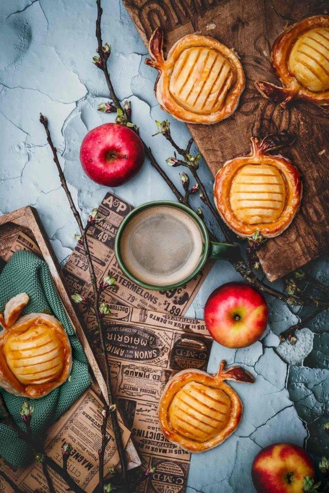 Ich kann mich nur wiederholen: Wenn die Grundzutaten stimmen, braucht es keinen großen Aufwand etwas Schönes und Leckeres zuzubereiten. Zum Beispiel diese Äpfel im Blätterteig. Mein Lieblingsapfel JAZZ schmeckt süß-säuerlich, bleibt auch noch nach dem Backen schön saftig und ist Hauptakteur bei diesem Rezept. Da braucht es kaum noch Zucker oder andere aufwendige Zutaten.