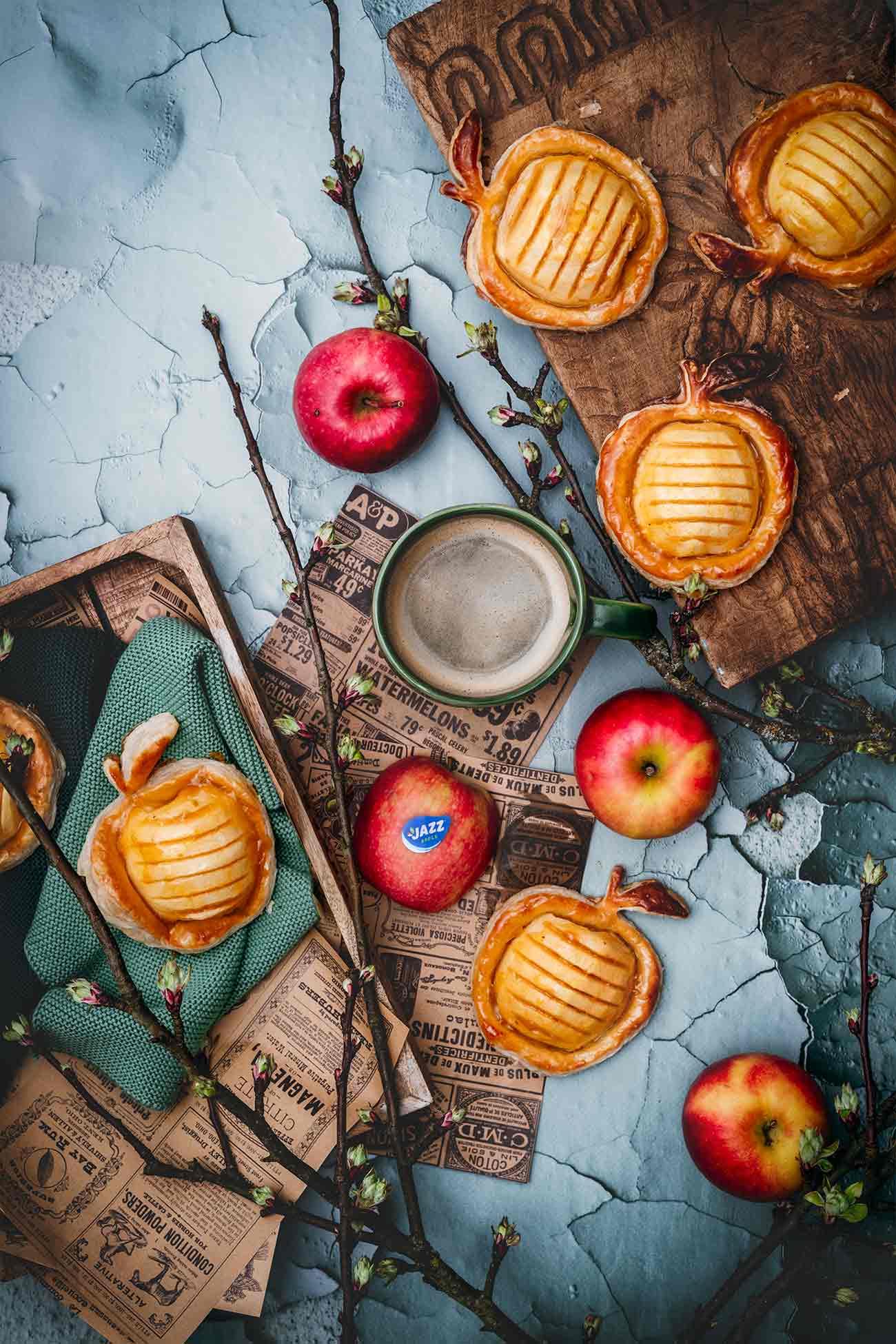 Auch wenn der JAZZ™ Apfel schon pur richtig gut schmeckt, mag ich es einfach mit Äpfeln zu kochen und zu backen. Und das das ganze Jahr über, denn die JAZZ™ Apfelbauern geben alles, um uns das ganze Jahr mit einem perfekten Apfel zu verwöhnen.  Was ich als nächstes ausprobieren werde? Ganz klar! Ich muss das Rezept von LIFE IS FULL OF GOODIES ausprobieren. Sie hat mit den knackigen JAZZ Äpfeln ein Apple Crisp aus Haferflocken gemacht.