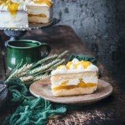 Buttermilch Kokos-Mango Torte Buttermilk Coconut Mango cake Wenn man, wie ich, den Sommer nicht erwarten kann…dann backt man sich eben eine Sahnetorte mit Mango, Maracuja und Kokos. Und Buttermilch. Was das Beste an diesem Kuchen ist? Er schmeckt fantastisch, gelingt ziemlich leicht und ist auch noch hübsch. Ich habe das Gefühl, dass so viele hübsche Kuchen trocken und geschmacklos sind, aber dieser Kuchen ist alles andere als ... er ist feucht, luftig und irgendwie sonnig. 3 Eier 220 g Zucker 3 Pck. Vanillezucker 1 Prise Salz 125 g Mehl ½ TL Backpulver 300 ml Buttermilch 1 Pck. Tortenguss klar 350 ml Maracuja-Nektar 6 Blatt Gelatine 1000 ml Sahne 3 Pck. Sahnesteif 5 TL Kokosraspeln 3 Dosen Mango (je ca. 425 g) Backofen auf Umluft 150 Grad vorheizen und eine Springform 26 cm mit Backpapier auslegen Eier trennen und das Eiweiß mit 125 g Zucker, 1 Pck. Vanillezucker und Salz steif schlagen Eigelbe einzeln unterrühren Mehl und Backpulver auf die Eiermasse sieben und unterheben 50 ml Buttermilch unterheben Teig in die Form geben und 15-20 Minuten goldbraun backen Aus der Form lösen und auskühlen und waagerecht halbieren Um den unteren Boden einen Tortenring legen Den Inhalt einer Dose Mango würfeln Tortenguss, 20 g Zucker, 250 ml Maracuja-Nektar und die Mangowürfel aufkochen Guss auf den unteren Teigboden verteilen, dabei einen kleinen Rand frei lassen Gelatine einweichen Inhalt einer Dose Mango würfeln und zusammen mit dem restlichen Nektar aufkochen lassen Vom Herd nehmen, Gelatine ausdrücken und unterrühren Restliche Buttermilch und restlichen Zucker unterrühren 2 TL Kokosraspeln unterrühren 400 ml Sahne steif schlagen und unterheben Creme auf den Tortenboden geben und oberen Boden aufsetzen, leicht andrücken und mindestens 3 Stunden kalt stellen Restliche Sahne mit Sahnesteif und restlichen Vanillezucker steif schlagen Torte aus dem Ring lösen und mit der Sahne einstreichen Restliche Sahne in einen Spritzbeutel mit Sterntülle füllen und kleine Tuffs auf die Torte sp
