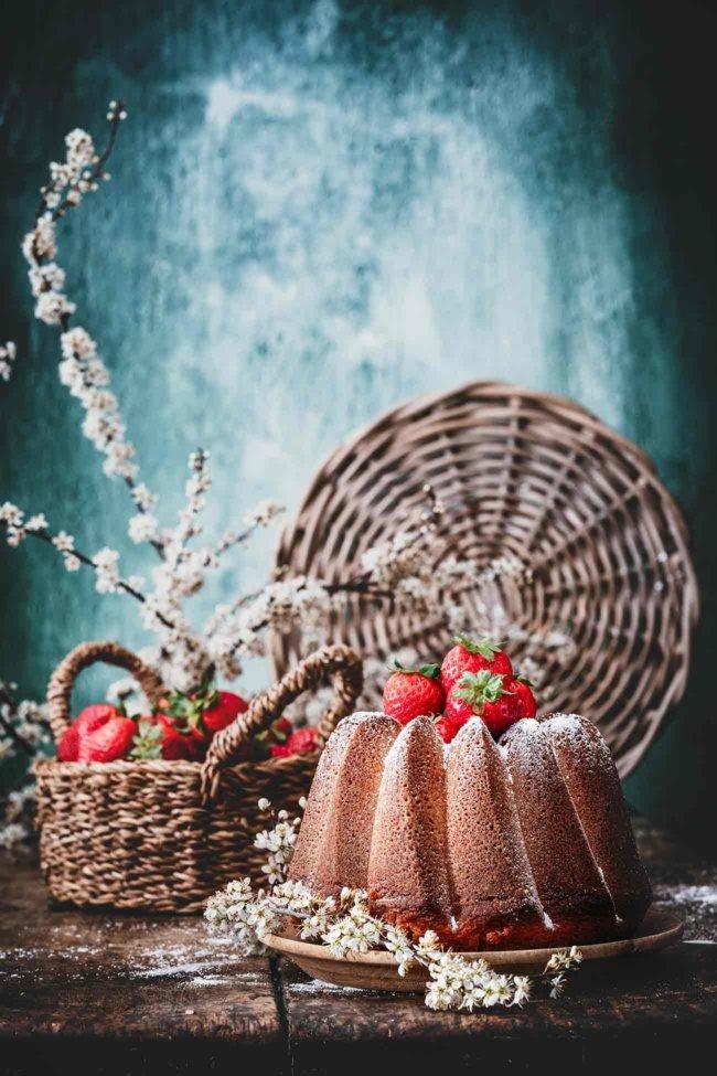 Ab sofort habe ich einen neuen Lieblings-Gugelhupf. Ich habe diesen Kuchen jetzt schon mehrmals gemacht ... weißt du, zu Testzwecken und so weiter. Ich hatte ehrlich nicht erwartet, einen Gugelhupf so sehr zu mögen, aber dank dieser 3 Worte – Sahne, Schokolade und Vanille- könnt ihr mich sicherlich verstehen.