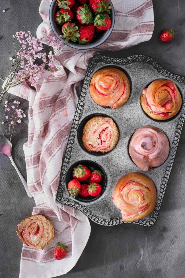Wie klingen lauwarme Schnecken-Muffins mit einer Glasur aus Baileys Strawberries & Cream? Lecker, oder? Und die sind so einfach gemacht, dass wirklich jeder, wirklich jeder, mit nur wenigen Zutaten, diese noch für Muttertag zubereiten kann. Und der Geschmack? Alleine die Glasur…der Geschmack von reifen Erdbeeren und Vanille auf lauwarmen Hefeschnecken. Knaller. Aber schaut selbst.
