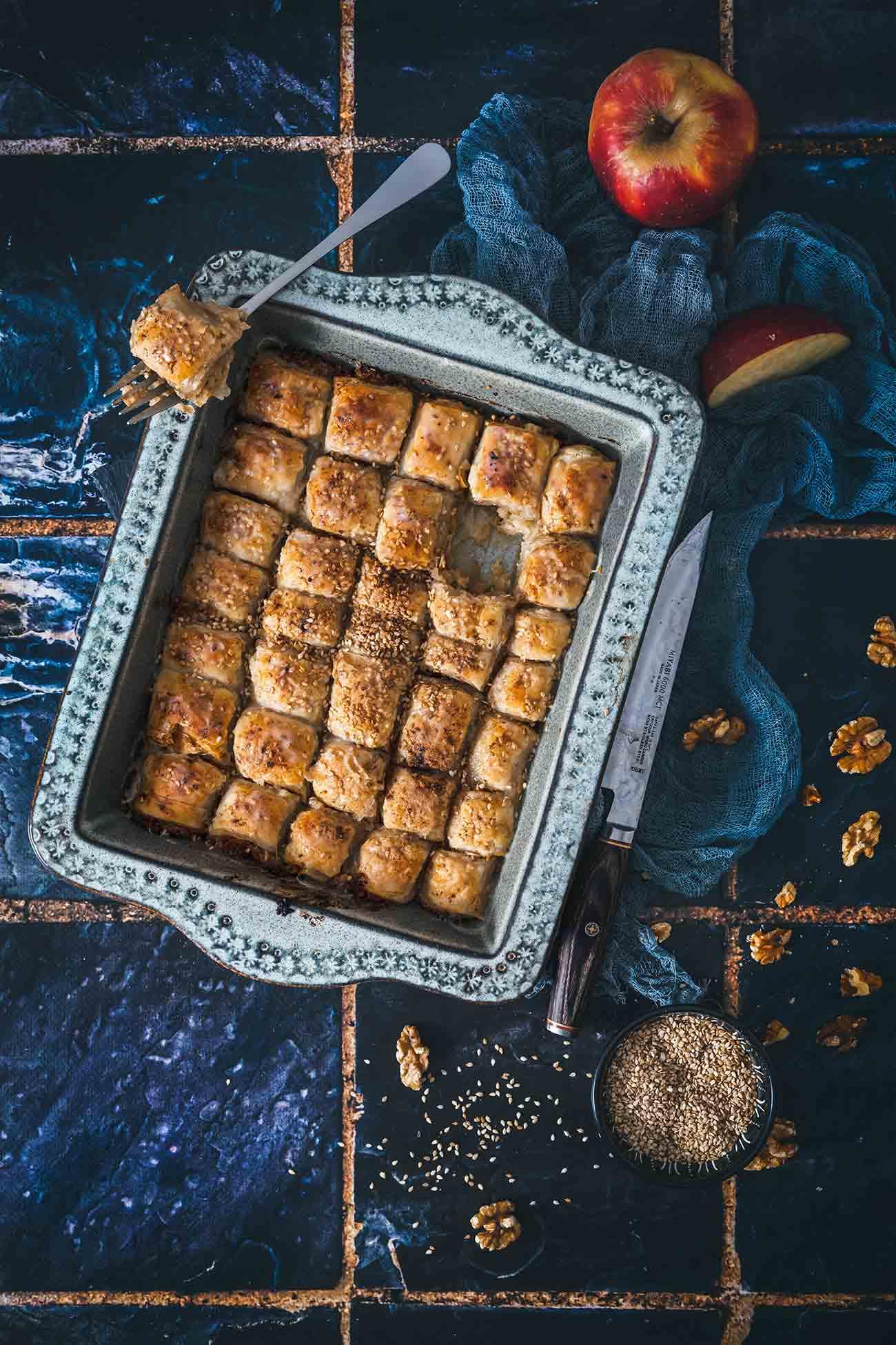 """Vorneweg sei gesagt, dass ich das klassische Baklava mit Pistazien über alles liebe, aber ich musste einfach mal etwas anderes ausprobieren. Eine Art """"easy peasy"""" Baklava aus Blätterteig mit einer fruchtigen Apfel-Nussfüllung. Nicht ganz so süß wie das Original, aber unglaublich lecker."""