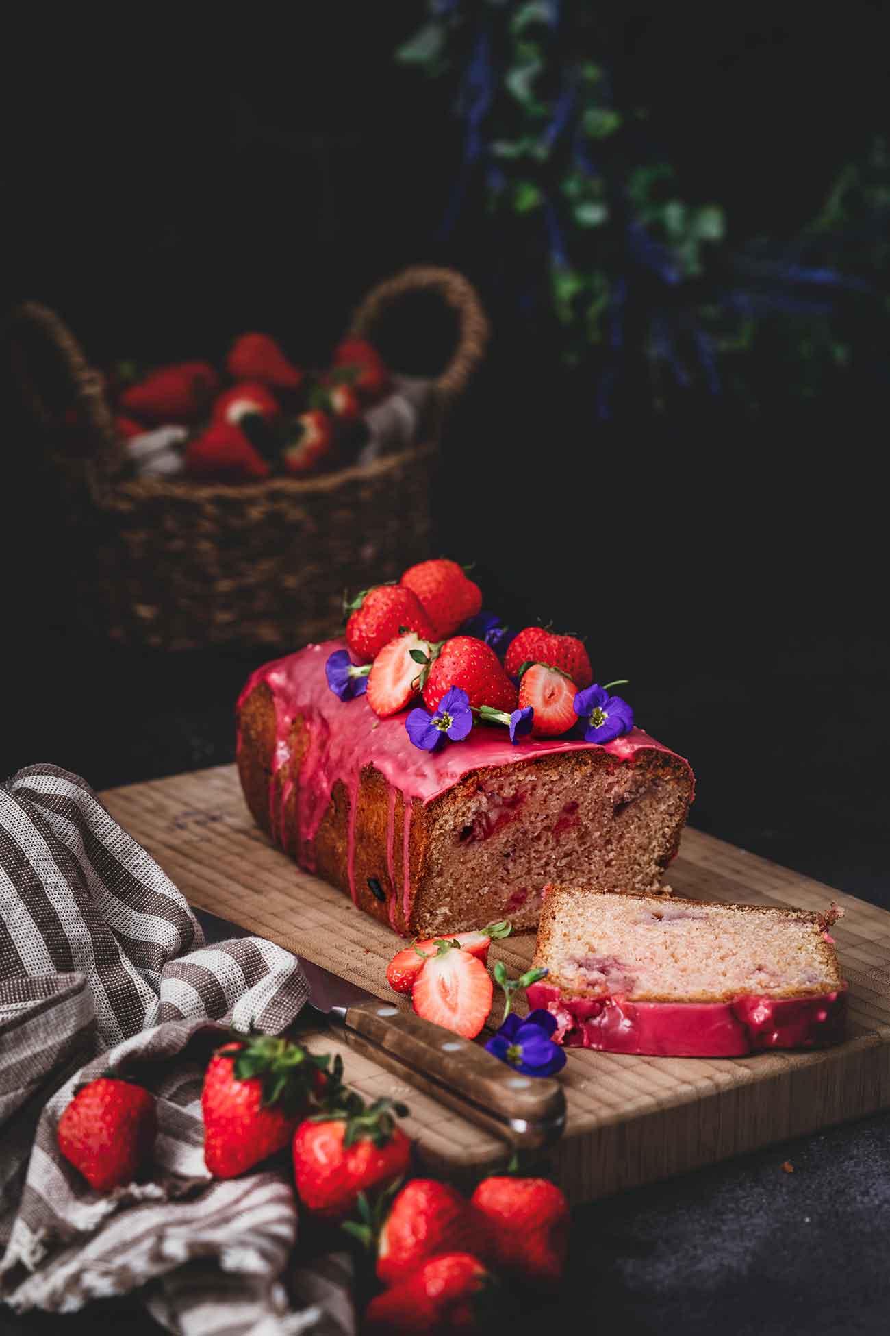 Süßer Erdbeer-Mandel-Kuchen, der bei mir, neben frischen Erdbeeren, noch etwas Erdbeersirup in den Teig bekommen hat. Getoppt wurde der einfache Kuchen mit einer Glasur aus Puderzucker und Erdbeersirup, die einzigartig köstlich ist. Genieße den Kuchen mit einem Kaffee oder zum Nachtisch mit etwas Schlagsahne. Er ist schnell gemacht und dennoch sehr hübsch.