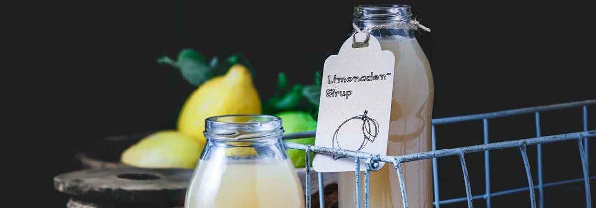 """Gefühlt ist für mich eigentlich schon Sommer, zumindest ist meine innere Uhr auf Sommer eingestellt. Diese innere Uhr lässt sich auch nicht ausblenden, selbst dann nicht, wenn ich noch die """"dicke"""" Winterjacke anziehe, wenn ich mit dem Hund rausgehe. Und was mache ich im Sommer am liebsten? Limonaden herstellen. Ich liebe es einfach. Auf dem Blog gibt es daher ein leckeres Rezept für Limonadensirup, mit und ohne Zucker."""