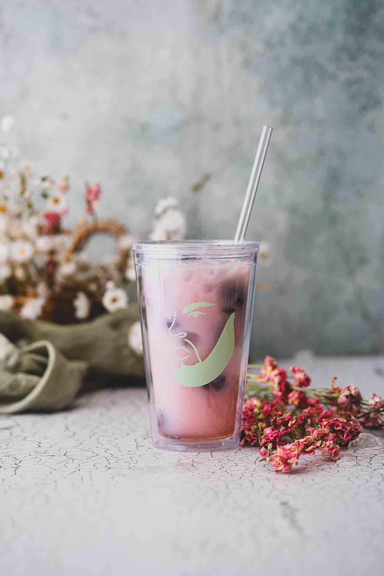 Er ist einfach überall, der Pink Drink. Auch wenn ich kein Starbucks-Fan bin, mag ich deren kalte Drinks. So gern, dass ich sie mir am liebsten selber mache, denn selbstgemacht schmeckt es einfach besser. Du brauchst nur wenige Zutaten und schonst deinen Geldbeutel.  Meine Version findest du auf dem Blog.   Die Zubereitung des Pink Drinks ist nun wirklich sehr einfach und mehr als 5 Zutaten benötigst du nicht. Auch wenn die meisten ihn mit gefrorenen Himbeeren und Hibiskustee machen, mag ich die Variante mit Brombeeren und Früchtetee noch viel lieber. Auch verwende ich frisch aufgebrühten Kaffee, der direkt nach seiner Brühzeit in den Becher kommt. Das Eis kühlt ihn schnell runter und du hast nicht noch den Industriezucker, der in den fertigen Tees enthalten ist.