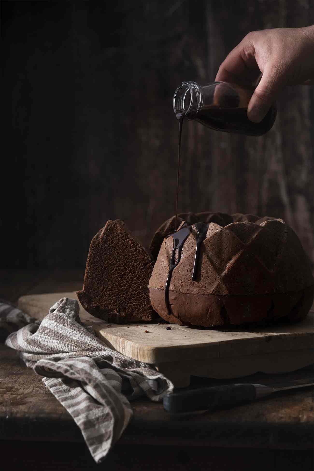 Wir alle kennen doch noch diese kleinen Schokoladenkuchen mit flüssigen Schokoaldenkern, die vor einigen Jahren auf keiner Speisekarte fehlen durfte und schon jeder Drittplatzierte beim Perfekten Dinner als Dessert präsentierte, oder? Ich mag die Kombination aus warmen Schokoladenkuchen und flüssiger Schokosoße. Noch lieber mag ich diesen großen Gugelhupf mit einem Kern aus schokoladigen Salzkaramell.