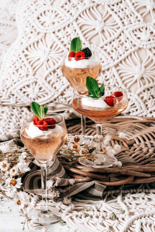 Ein leichter Rosé, Beeren und eine frische Zabaglione…das ist doch das richtige Frühlingsdessert. Und es wartet im Kühlschrank auf mich. Auch wenn das Wetter um diese Uhrzeit noch nicht so nach Frühling aussieht, bin ich mir sicher, das für uns alle die Sonne heute scheinen wird