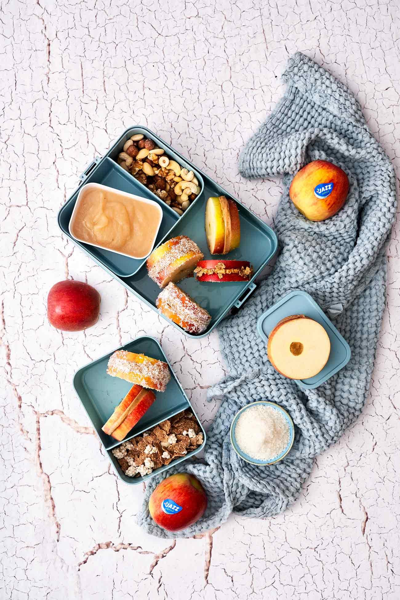 """Habt ihr bei dem sonnigen Wetter auch lieber etwas kaltes und erfrischendes in eurer Brotdose als das übliche """"normale"""" Brot? Dann habe ich was für euch. Apfel-Sandwiches. Wir nehmen sie auch gerne mal mit, wenn es zum Picknick geht. Der fruchtige Snack, gefüllt mit Erdnussbutter, schmeckt mir eisgekühlt am besten. Also, pimpt eure Brot-und Picknickdosen für den Sommer."""