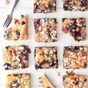 Dieser Kirsch-Blaubeer Kuchen ist der Inbegriff des Sommergenusses und so einfach zuzubereiten. Es ist mit Blaubeeren und Kirschen gefüllt und dadurch extra saftig. Kurz vor dem Backen wird der Kuchen mit Zucker bestreut, wodurch die ultimative extra süße Kruste entsteht. Köstlich und mit Sicherheit ein neuer Sommerfavorit…