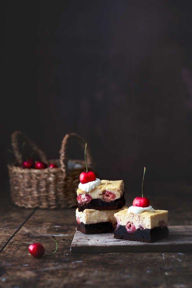 Die schönen Sommertage werden mit diesen Brownie-Kirsch-Käsekuchen noch ein bisschen süßer. Jeder Bissen dieser Brownies zergeht einfach köstlich im Mund.