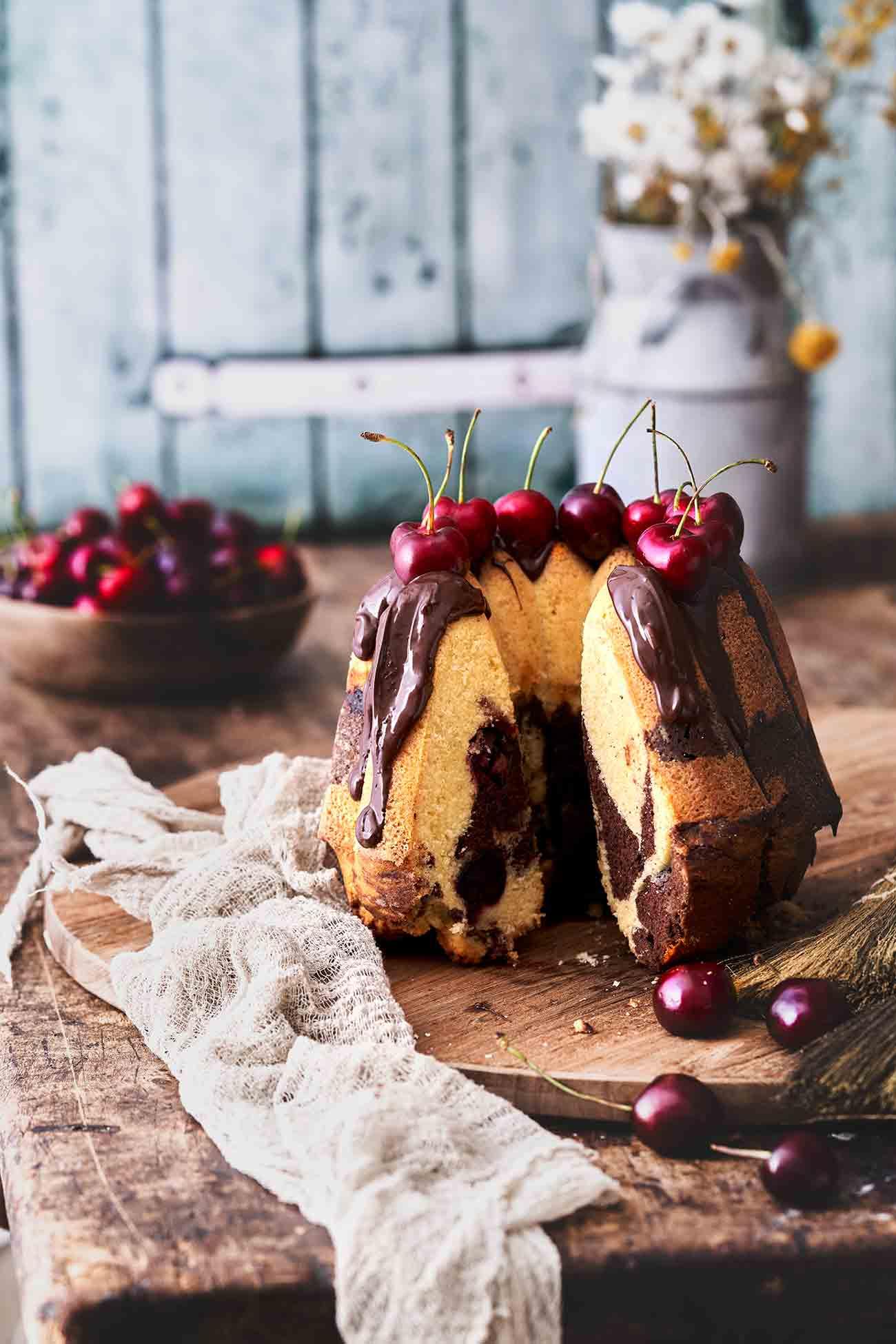 Es kann noch so warm sein, Kuchen wird bei mir trotzdem gebacken. Und dieser Gugelhupf á la Schwarzwälder Kirsch ist es einfach wert, vor dem Backofen zu schwitzen. Ich wünsche euch ganz viel Abkühlung und einen tollen Freitag.