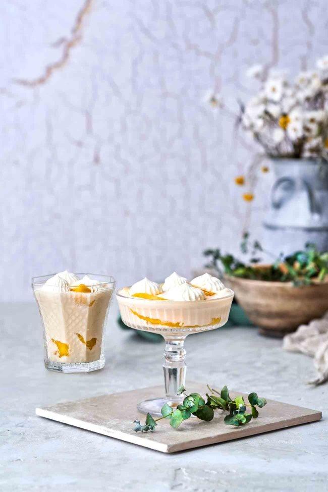 Oh mein Gott, SO GUT. Hergestellt aus Kokosmilch, getoppt mit einem Klecks Schlagsahne. Das Dessert ist ein einfacher und süßer Leckerbissen, schnell gemacht und richtig lecker.