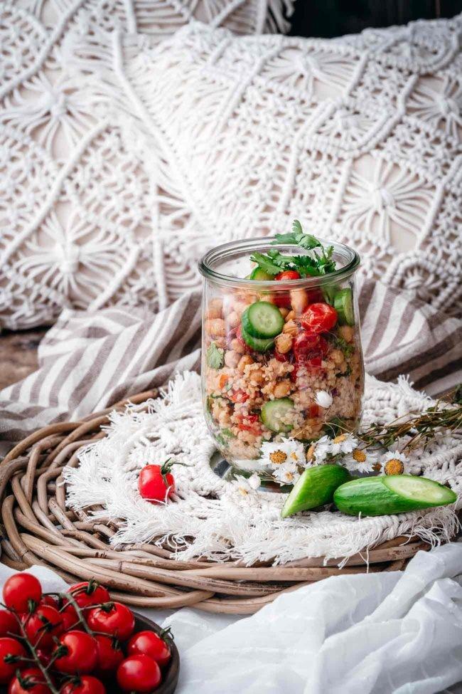 Sonne=Salat. Irgendwie ein ungeschriebenes Gesetz, oder? Da bin ich aber gerne dabei. Mit Bulgur, orientalischen Gewürzen und Kichererbsen.