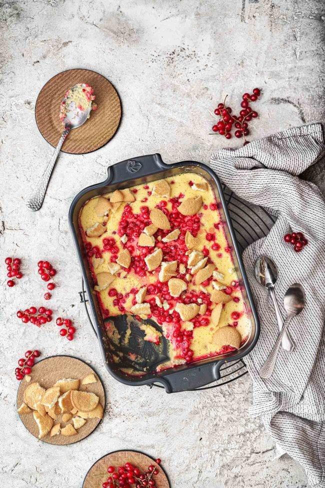 Ein Käsekuchen zum Löffeln. Sahnig, cremig und fruchtig. Für mich das perfekte Dessert im Sommer, denn der Auflauf schmeckt nicht nur lauwarm richtig gut, sondern ist auch abgekühlt ein Traum. Daher auch Picknicktauglich. Und wer nicht so auf Johannisbeeren steht, kann auch andere Beeren nehmen.