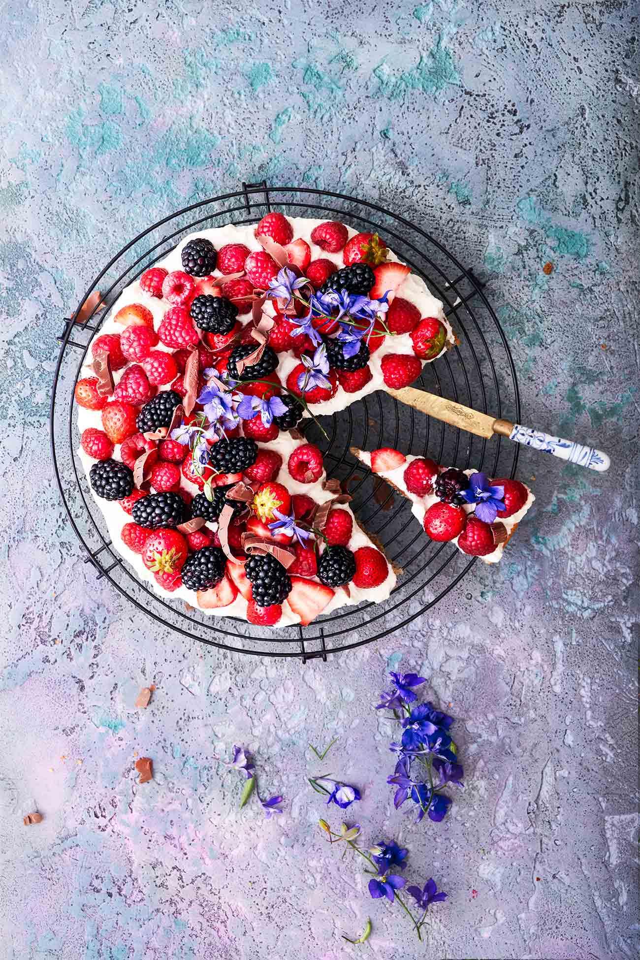 Gib mir bitte die ganzen Farben des Sommers! Ich so: JA!  Frische Beeren und Sahne sind einfach ein Traum, nur mag ich manchmal die langweiligen Biskuitböden nicht. Aber jetzt habe ich endlich ein Mega-Rezept für einen passenden Kuchenboden gefunden. Mit Frischkäse und gemahlenen Haselnüssen.  Also ja, Bring-on-Summer, ich bin sooo bereit!