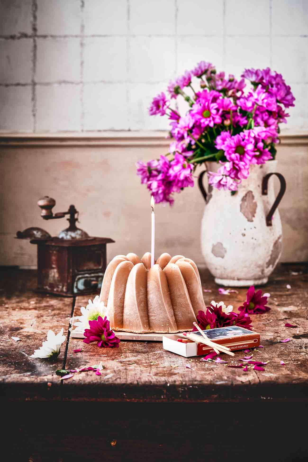 """In der warmen Jahreszeit einen eiskalten Eiskaffee zu genießen, gehört für mich ebenso zum Sommer wie auch eine Menge Eis zu verdrücken. Und siehe da…ein Eiskaffe-Eis Gugel vereint einfach beides. Ein perfekter """"Kuchen"""" für jedes Sommer-Geburtstagskind.  Und für den Geburtstag nur das Beste: Daher habe ich einen ganz besonderen Kaffee meines Partners Jacobs gewählt. Die Bohnen der Jacobs Barista Editons Selektion des Jahres enthalten 100 % Arabica Bohnen aus Brasilien mit einer leicht nussigen Note."""