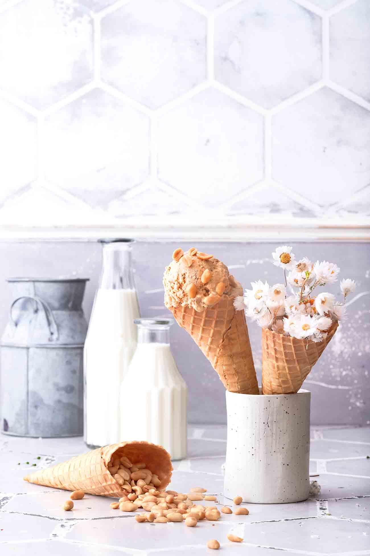 Erdnussbutter-Bananen Eiscreme  Sommerzeit ist Eiszeit. Bei mir fast täglich, denn ich liebe Eis. In allen Variationen. Nur langweilig darf es nicht sein. Also, Vanille, Schokolade und Erdbeere? Fehlanzeige. Bei mir kommen die leckersten Kreationen in die Eismaschine. Mein neuer Helfer? Das ist die Krups Perfect Mix, die 1 Liter Eis zubereiten kann. Und das zuverlässig! Ich finde ja auch, dass sie einfach hübsch aussieht und sich fast in das Foto-Setting wie selbstverständlich intergiert. Ein Eis-Modell eben. Aber jetzt zum leckeren Eis-Rezept. LINK  Zutaten für ca. 1 Liter   100 g gesalzene Erdnüsse 200 g Erdnussbutter, crunchy 400 ml Sahne 400 ml Kondensmilch 80 g Zucker 2 Bananen  Den Kessel der Eismaschine für ca. 12 Stunden (mind. - 20 °C) einfrieren Erdnüsse fein hacken  Sahne steif schlagen, Bananen zerdrücken Kondensmilch, Bananen, Zucker und Erdnussbutter verrühren Erdnüsse und Sahne unterheben Die fertige Eismasse in die Eismaschine geben und ca. 45 Minuten cremig rühren Die Eiscreme in eine Form geben und für ca. 1 Stunde erneut in den Froster geben