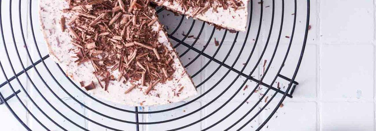 Ein feines kleines Törtchen kommt jetzt. Sahnig mit knackigen Schokoladenstückchen, ganz ohne Backofen. Ein Törtchen was einfach jeder mag.