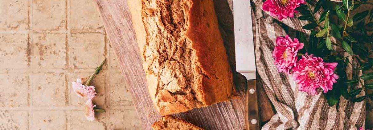 Hammer! Dieses schnell zusammengerührte Brot schmeckt einfach wahnsinnig lecker. Echt jetzt! Meine erste Scheibe war noch lauwarm (ich kann ja so schlecht abwarten), bestrichen mit etwas Butter (die sofort in das Brot einzog) und einem kleinen Klecks selbstgemachter Marmelade… ihr versteht was ich meine, wenn ich sage, wie gut das getan hat, oder?