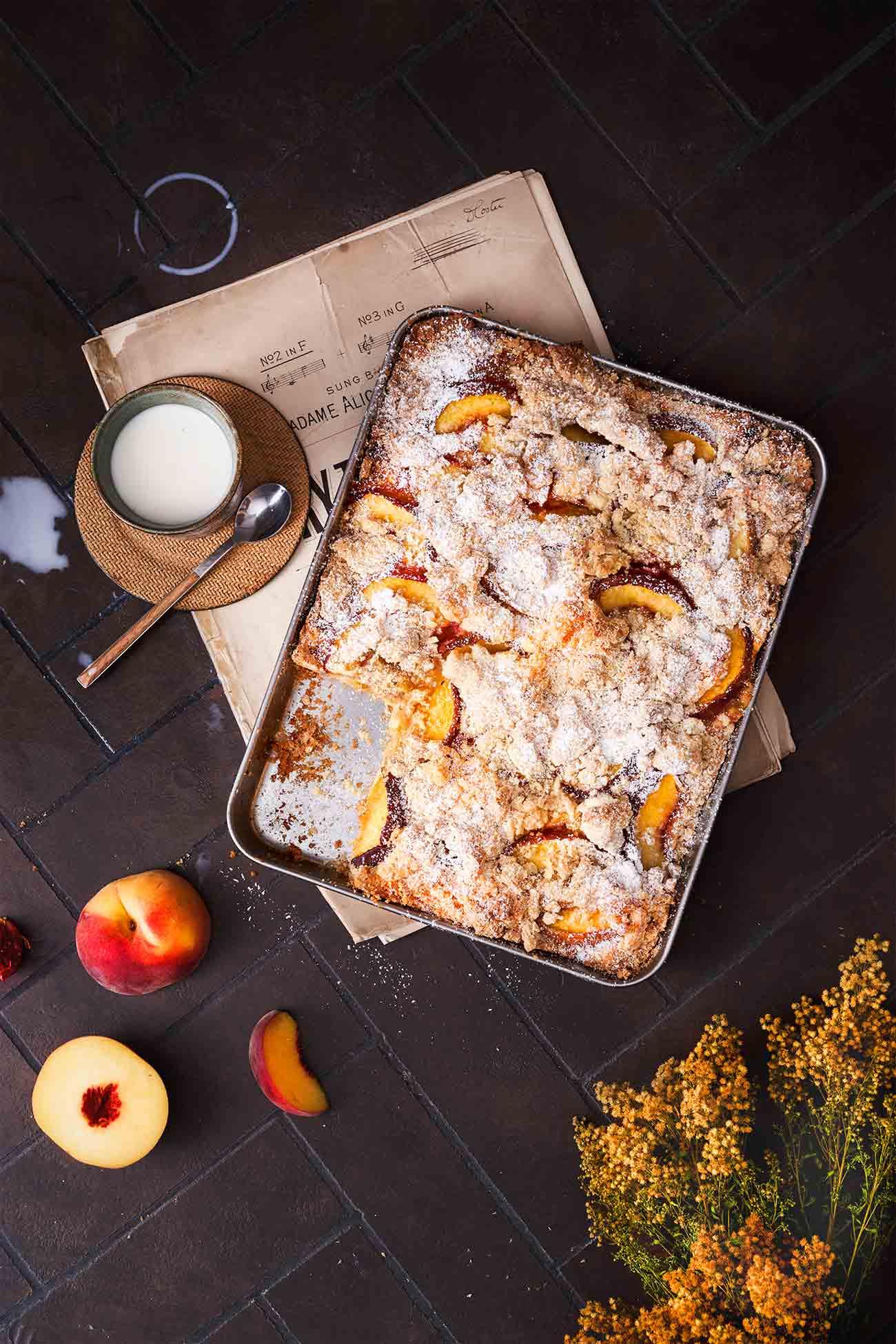 Pfirsich und Passionsfrucht. Was für eine Kombination. Hey, es ist Sommer! Man muss kein erfahrener Bäcker sein, um diesen köstlich einfachen Blechkuchen zu backen. Minimaler Aufwand. Ich liebe ihn noch lauwarm mit einer Kugel Eis oder einem Klecks Vanillesoße.