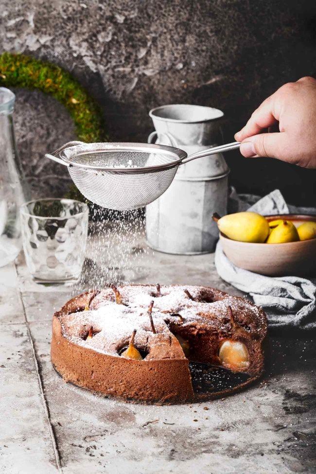 Wenn ich Schokoladenkuchen backe, dann am liebsten mit saftigen Birnen. Und da ich den kleinen Birnen nicht widerstehen konnte, durften sie direkt im Ganzen mit in den Kuchen. Ein saftiger, schokoladiger Kuchen mit einem Hauch Zimt. Herrlich.