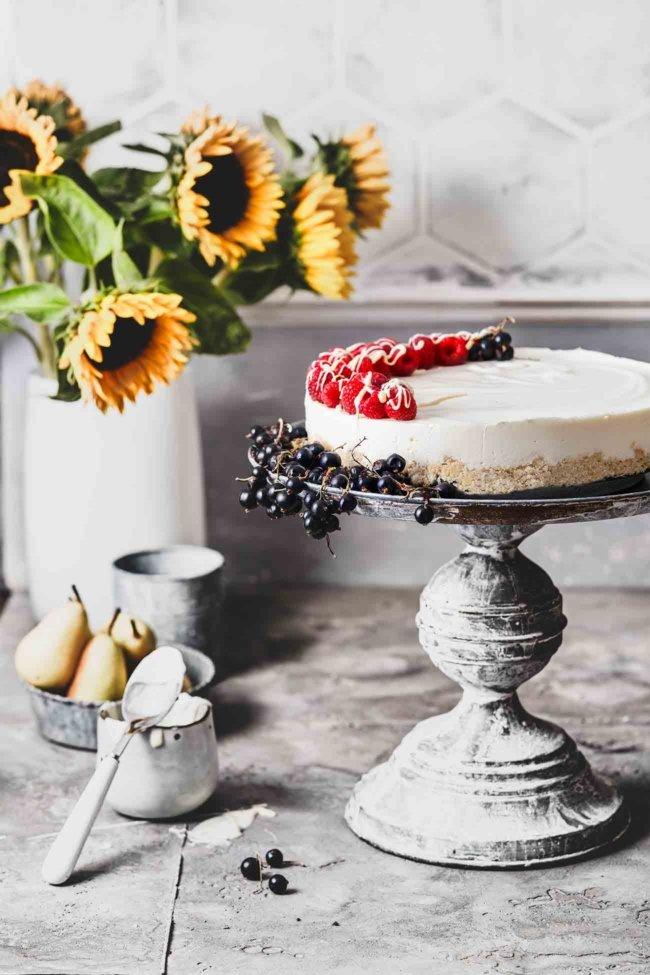 Dieser No-Bake Kokos-Cheesecake ist ein einfaches, so leckeres Dessert ohne Backen, perfekt für das sonnige Wochenende. Die Füllung besteht aus Frischkäse, Sahne und Kokosmilch. Das Topping ist eine Mischung aus fruchtigen Himbeeren und einem Hauch weißer Schokolade.