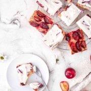 Mit Schmand schmeckt alles besser. Immer! Und so ein fruchtiger Blechkuchen aus Quark-Ölteig mit einem Hauch Zimt und braunem Zucker wird mit dem Schmand-Sahne Topping zum leckersten Pflaumenkuchen der Welt.