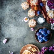 Feuchte Zwetschgen-Muffins mit Zuckerstreusel, frisch aus dem Ofen. Die könnte ich glatt zum Frühstück verspeisen, wenn ich nicht schon gestern alle aufgegessen hätte. Aber die Zwetschgen- und Pflaumensaison ist ja noch ein bisschen.