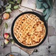 Mehr Apfel geht nicht. Und der Geschmack ist einfach sensationell. Im Inneren verbindet sich beim Backen der ausgetretene Apfelsaft mit dem Zucker, Zimt und der Vanille….da bekomme ich beim Schreiben schon wieder Hunger.