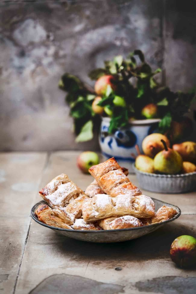 Manchmal muss es einfach schnell gehen. Das bedeutet aber nicht, dass man den Geschmack für die Bequemlichkeit opfern muss. Die fruchtige Birnen und Apfelwürfel mit etwas Zimt sind unglaublich aromatisch, rundherum knuspriger Blätterteig… perfekt zum Mitnehmen, aber auch zum verweilen und genießen.