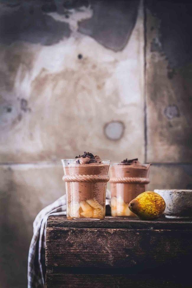 Wochenende schon wieder vorbei. Und wie es aussieht, verabschiedete sich mit diesem Wochenende auch der Sommer. Als Trost habe ich für dich ein fluffiges Schokoladen-Mousse auf Birnenkompott.