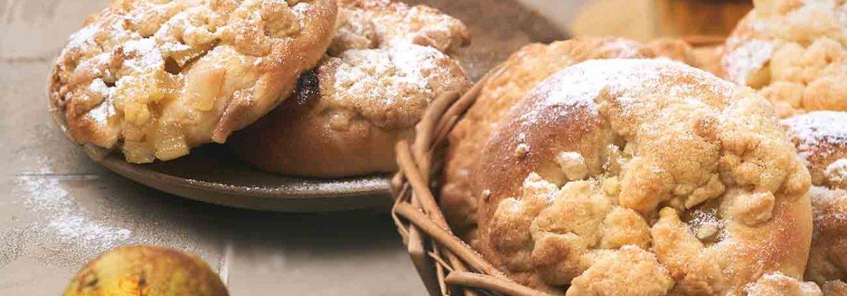 Frühstück schon vorbei? Oder kann ich dich noch mit ein paar frischen Hefebrötchen, gefüllt mit Birnen und bedeckt mit Streuseln überreden? So lecker.