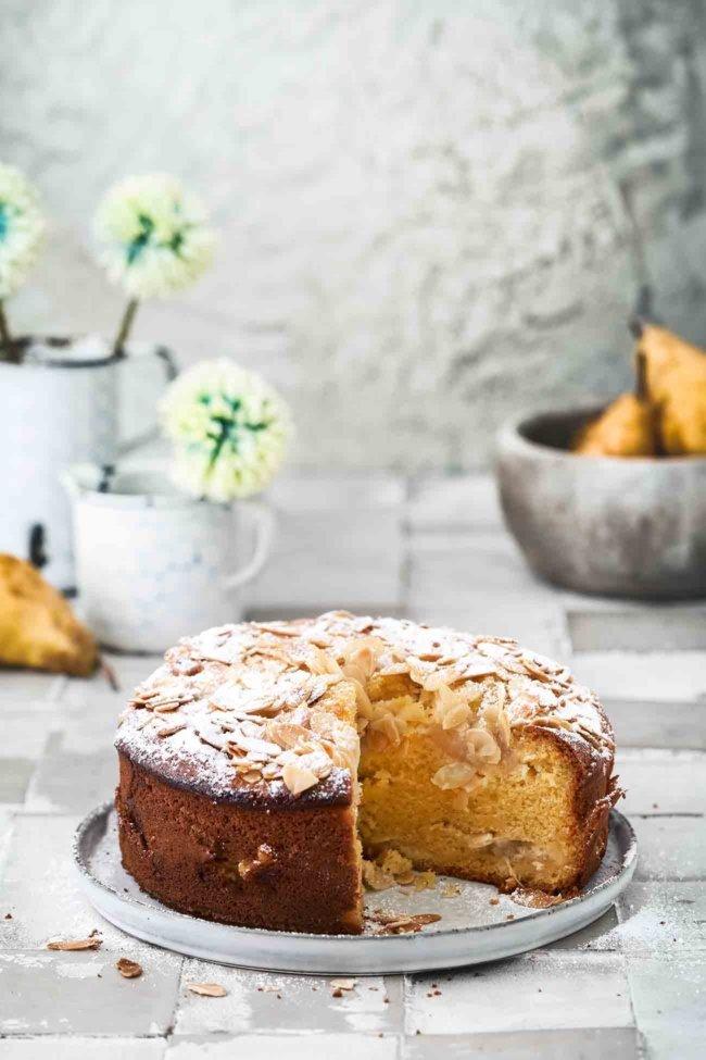 Ein Birnenkuchen nach meinem Geschmack, mit leichten Vanillenoten und buttrigen Mandeln und dazu noch flott gemacht. Ich hoffe, du magst Birnen, weil ich diesen Kuchen einfach liebe.