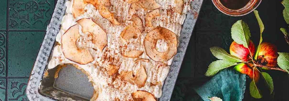 Das ist nicht das erste Apfel-Tiramisu, das ich gemacht habe, aber garantiert das Leckerste. Karamellisierte Apfelwürfel, Zimt-Apfel-Mascarpone Creme und Apfelchips. Boah!