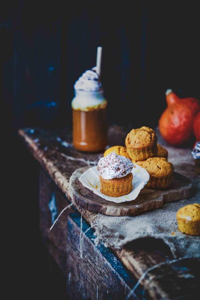 Ui, die waren lecker. Ich bin ja eh ein ganz, ganz großer Fan von Pumpkin Spice und alles was dazugehört. Die Cupcakes bekommen ihren tollen Geschmack nicht nur durch die selbstgemachte Gewürzmischung, sondern auch durch den im Ofen gerösteten Kürbis.